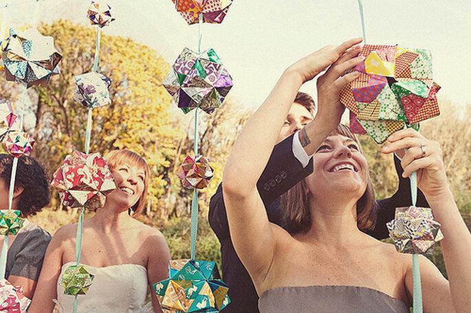 Crear adornos DIY para tu boda ecológica puede ser un gran momento para compartir con tus invitados. Fotos de One Love Photo