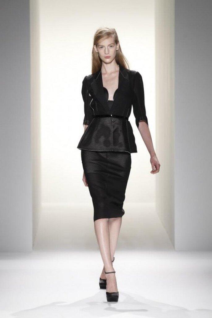 Conjunto de falda lápiz y saco estructurado en color negro con detalle en la cintura - Foto Calvin Klein