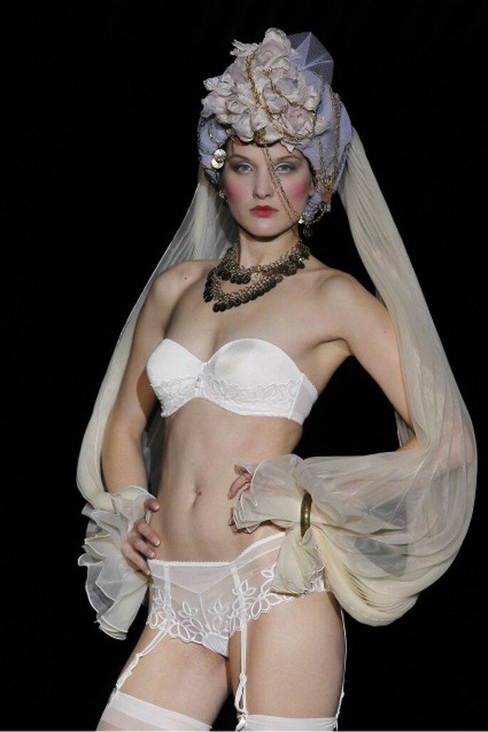 Conjunto nupcial con sujetador sin tirantes y liga de Emperatriz 2012 - Ugo Camera / Ifema
