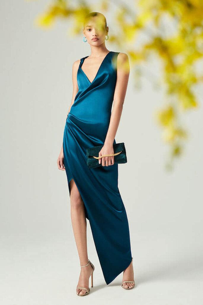 Vestido azul en seda de escote y falda asimétricas