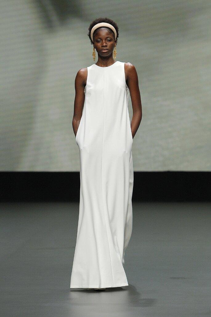 Vestido de novia para embarazadas con corte recto, cuello cerrado, sin mangas y con bolsillos