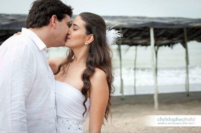 Un beso de la pareja en la playa.  Foto: christopheweddingphoto.com