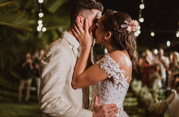 Beijo apaixonado do casal