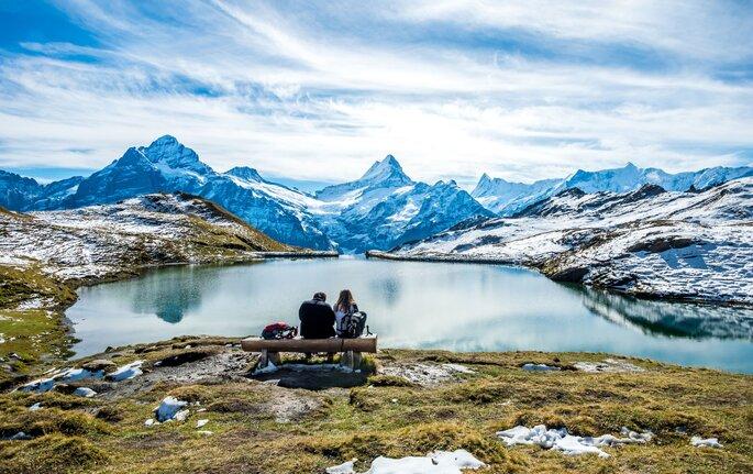 Paar am See im Winter