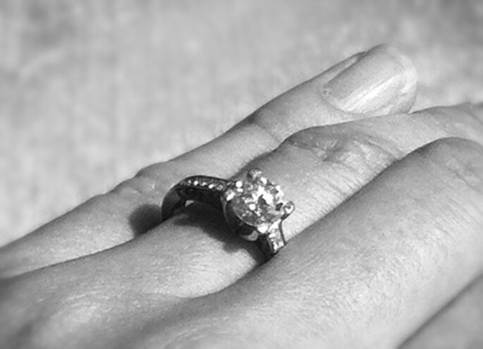 Geschmack hat er auf jeden Fall: den Ring hat er selbst online gestaltet. Mit Steinen aus Israel, damit es keine Blutdiamanten sind.