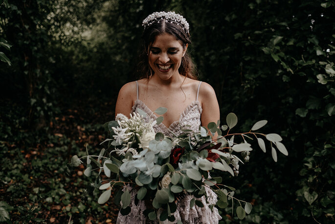 noiva com um grande bouquet de flores silvestres