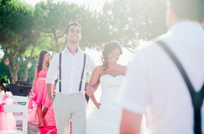 Trendig: Der Bräutigam samt männlichen Gäste erschienen sommerlich mit Hosenträgern als Accessoire – Foto: nadia meli