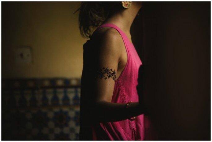 Tatuajes temporales de henna en bodas. Fotografía Roberto y María