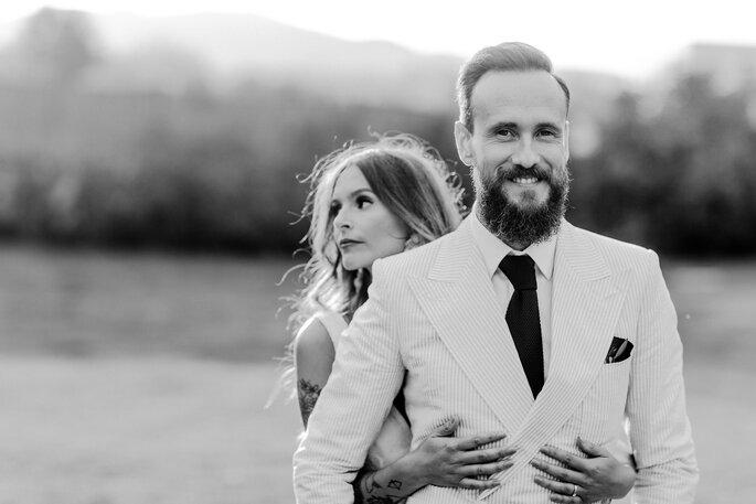 noivos abraçados foto a preto e branco