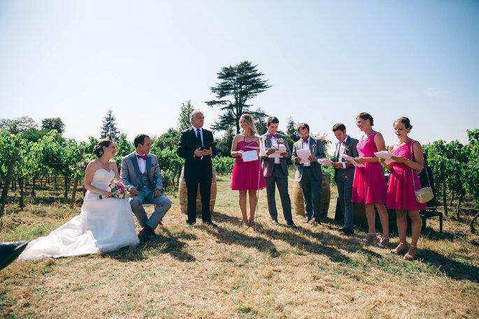 Des mariés et leurs témoins lors de la cérémonie laïque en extérieur