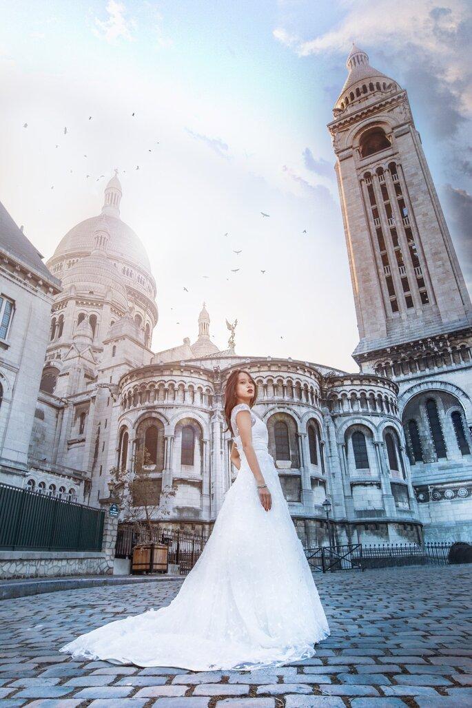 Une mariée photographiée devant un monument célèbre à Paris