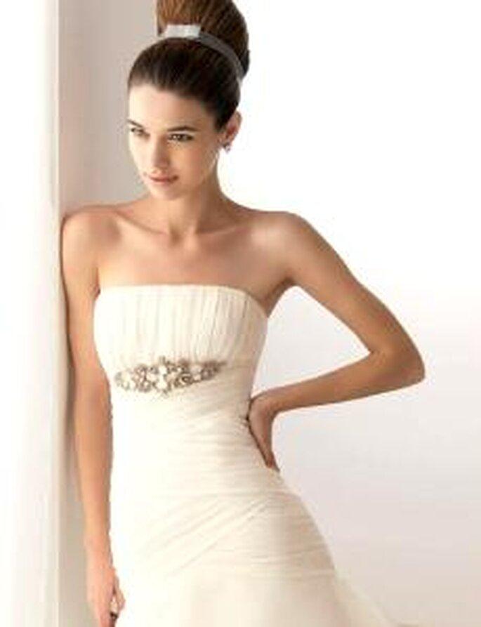 Aire Collection 2010 - Bahamas, vestido largo de corte sirena, starpless, broche en plata y pedrería, en seda