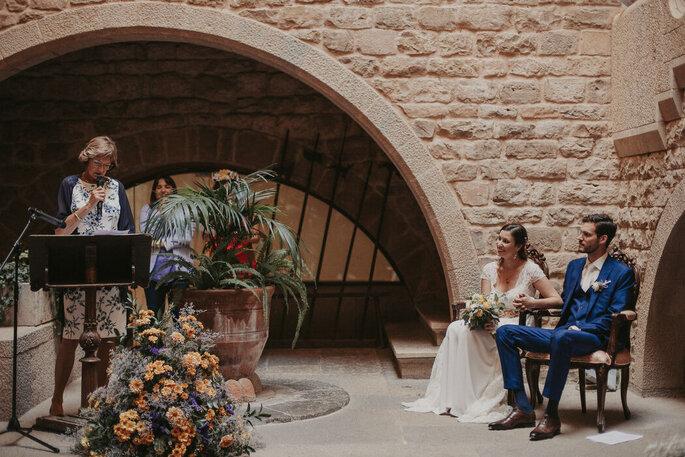 Novios casándose en la ceremonia