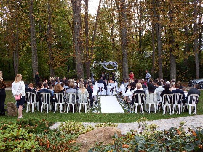 Une cérémonie laïque est célébrée à l'air libre, dans un décor forestier