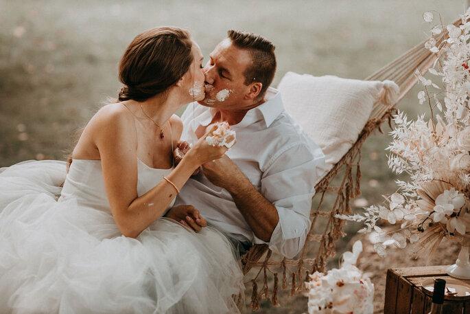 Elopement Fun Wedding Shooting Setting Picknick Brautpaar sich kuessend