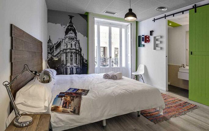Quarto de casal, com cama, adesivos na parede em U Hostels, Madri
