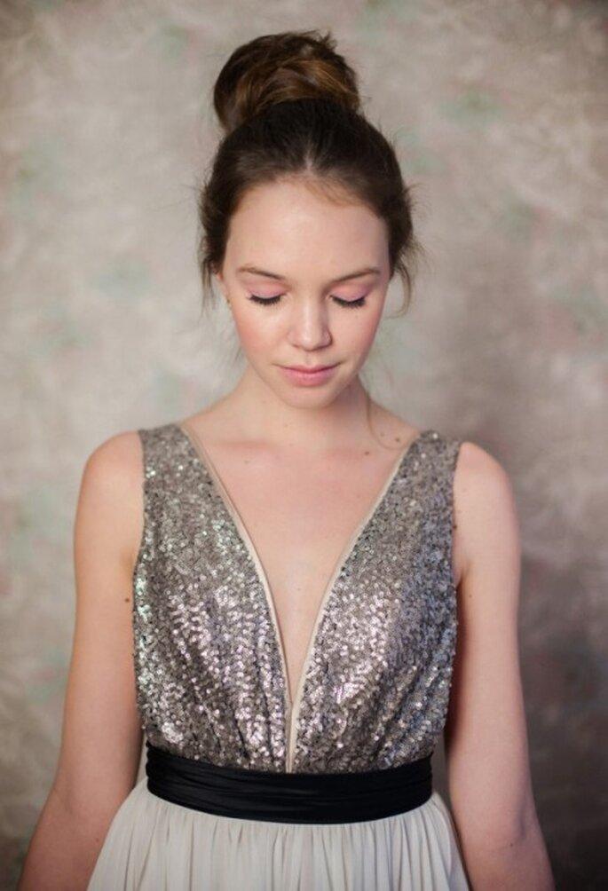 Vestido de novia con escote en V y apliques metalizados - Foto Blush Wedding Photography