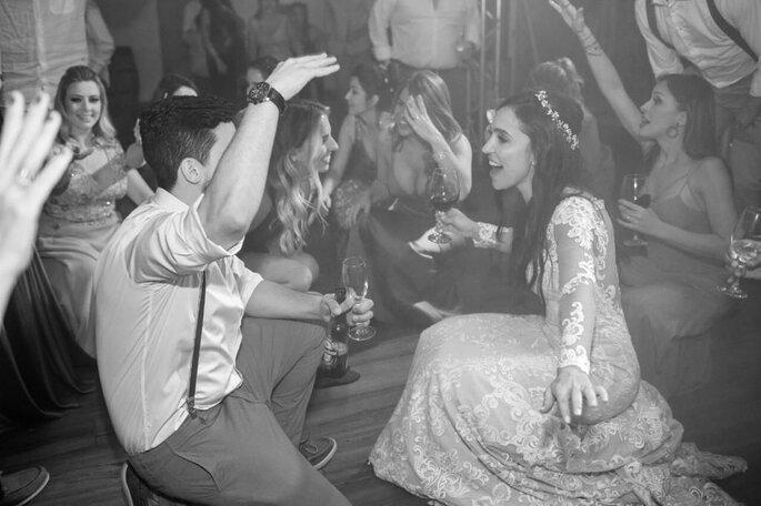 Noivos dançam na pista com os convidados