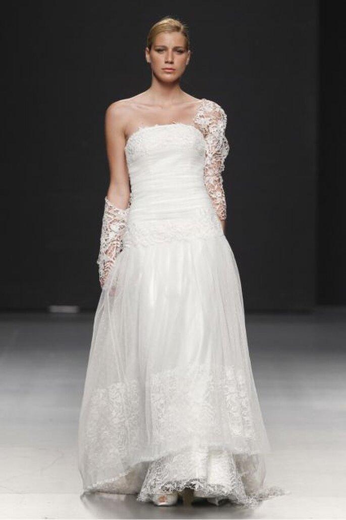 Vestido de novia sin tirantes, colección 2012 de Charo Peres. Foto: Ugo Cámara / IFEMA