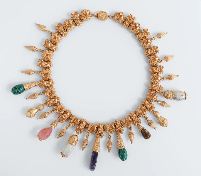 Collar dorado con piedras colgantes de colores de ZARA