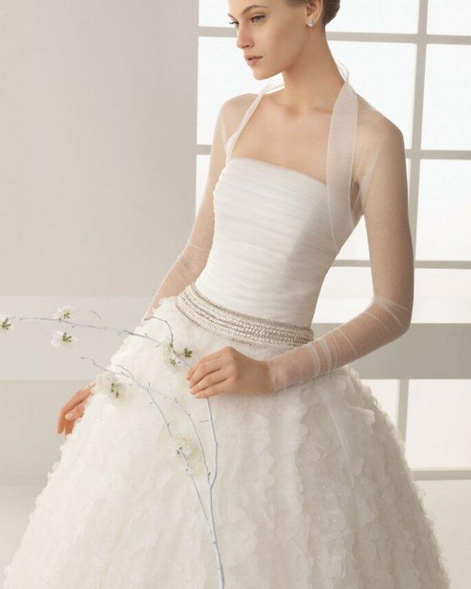 Chaqueta de tul para novia de estilo minimalista y mangas largas - Foto Rosa Clará