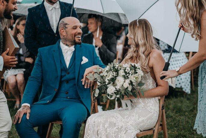 lachendes Brautpaar während Zeremonie