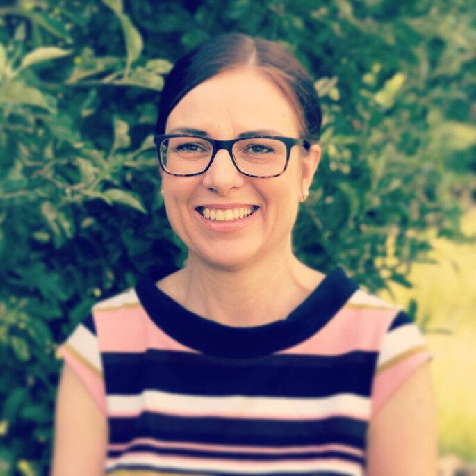 Ein Porträtfoto von der Traurednerin Melanie Ring von RingTausch.