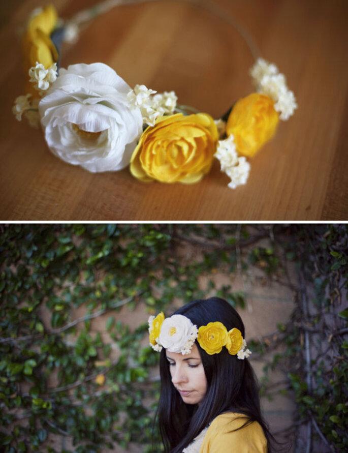 Corona di fiori grandi, bianchi e gialli. Foto: Green Wedding Shoes