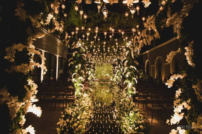 Decoração floral da cerimônia no Buffet Almeida Pires