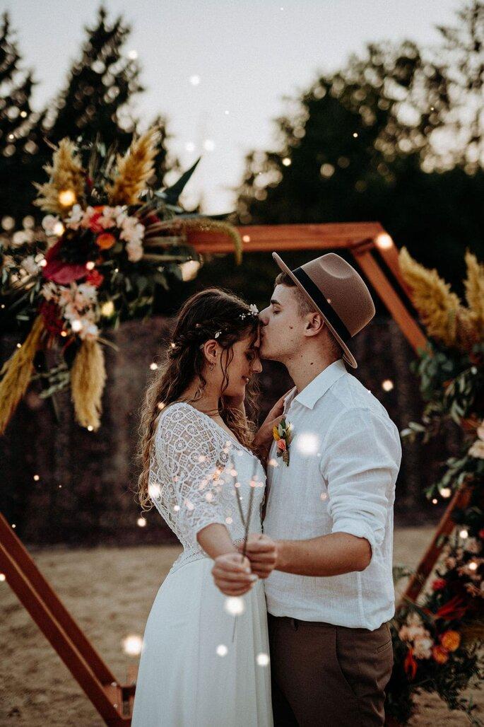 Die Farben des Orients Brautpaar mit Rauchbomben