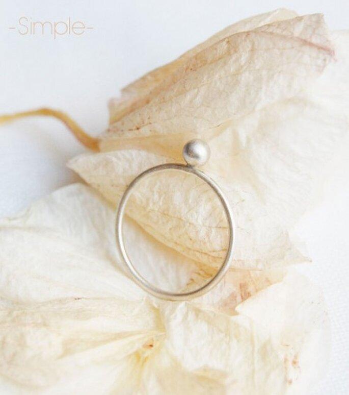 Avec sa large gamme de bagues, Etsy va faire craquer nombre de futures mariées. - Source : AgJc & http://www.etsy.com/listing/96402621/sweet-pink-silver-ring-1-simple