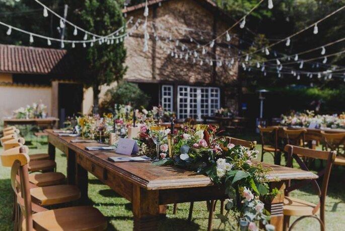 Mesa dos convidados montada na área externa da Casa do Fachoalto