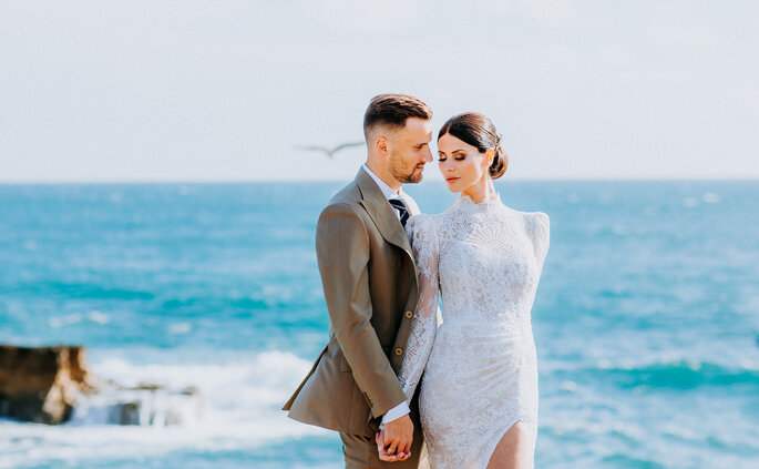 casal de noivos ao pé do mar