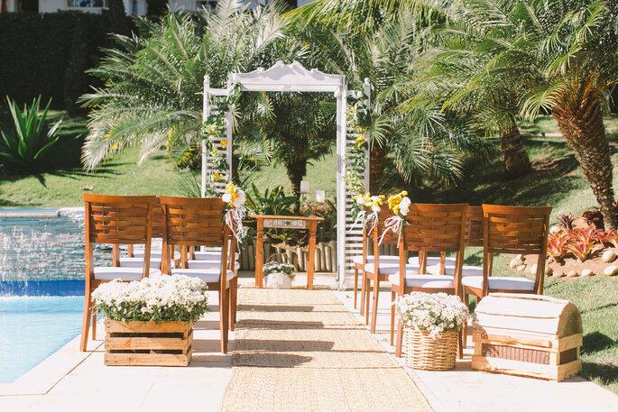 Cerimônia montada ao ar livre na piscina da pousada