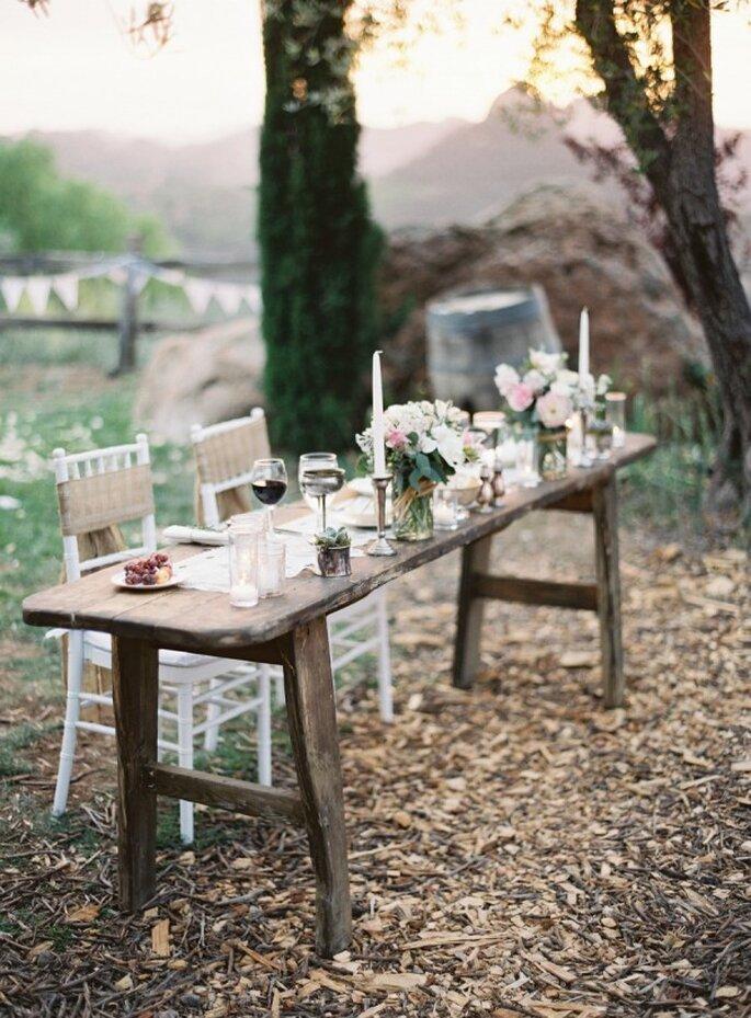 Holzmöbel und bunte Blümchen für Ihre Gartenhochzeit - Foto Kurt Boomer