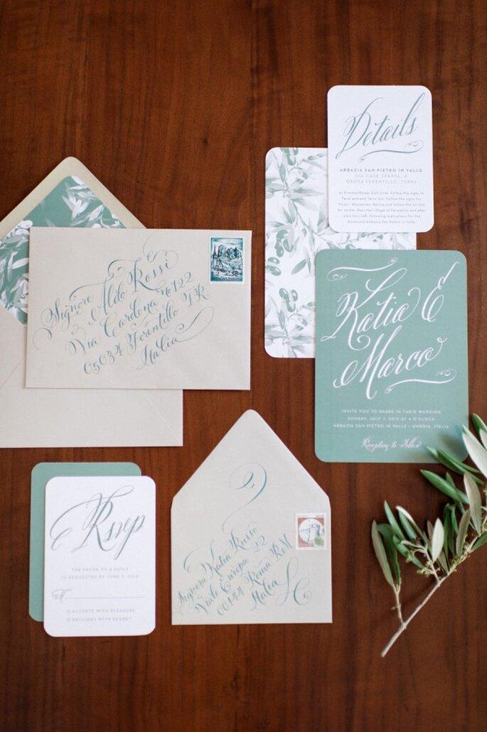 Azul polveado en las invitaciones de boda - Foto Squaresville Studios