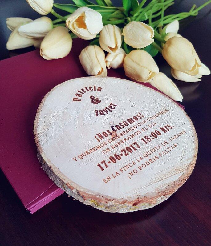 invitacion de boda en madera