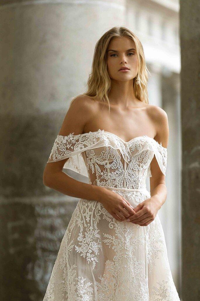 Robe de mariée avec un décolleté épaule dénudé tendance