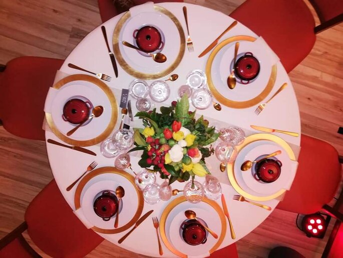 Une table dressée pour le dîner de réception.