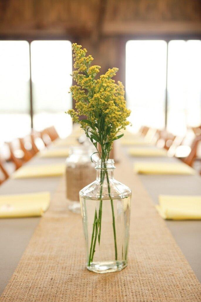 Gelbe Blumen auf Ihrem Hochzeitstisch - Foto Harper Point Photography