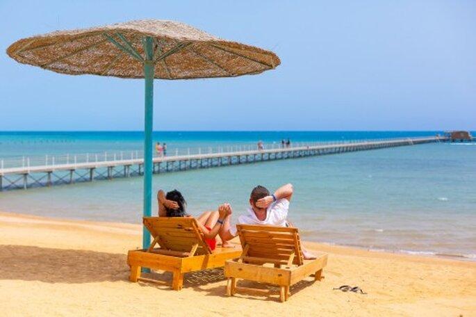 relaks na plaży podczas podróży poślubnej