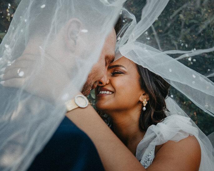 Grande plano de noivos