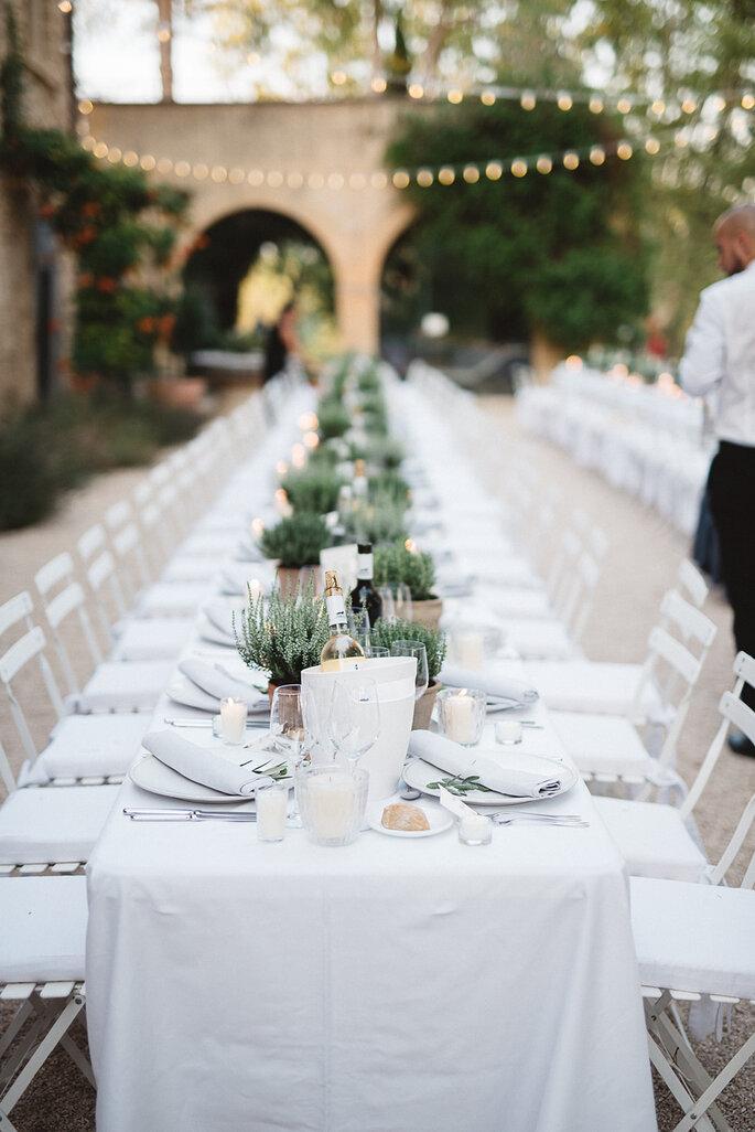 Château de Sannes - le dîner prêt à être servi devant la Bergerie en extérieur