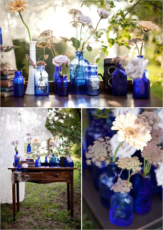 Centros de mesa con recipientes en color azul para tu boda - Foto Sarah Ainsworth Photography