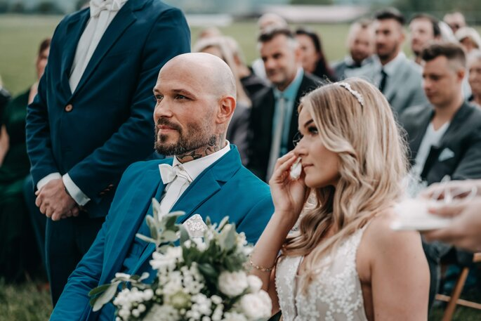 Brautpaar während Hochzeitszeremine