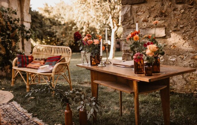 Décoration florale aux tons terracotta et nude.