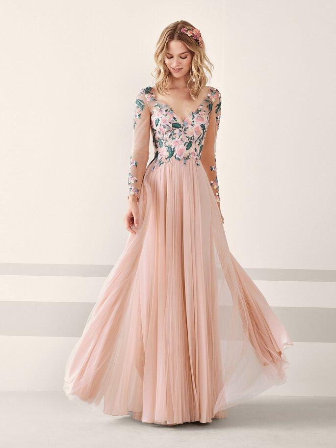 Vestido de fiesta en rosa con apliques florales