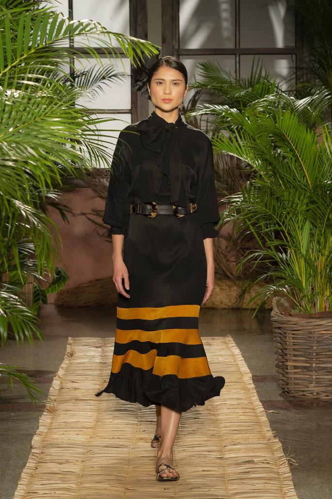 Vestido bicolor con franjas mostaza en la parte inferior y lazo al cuello