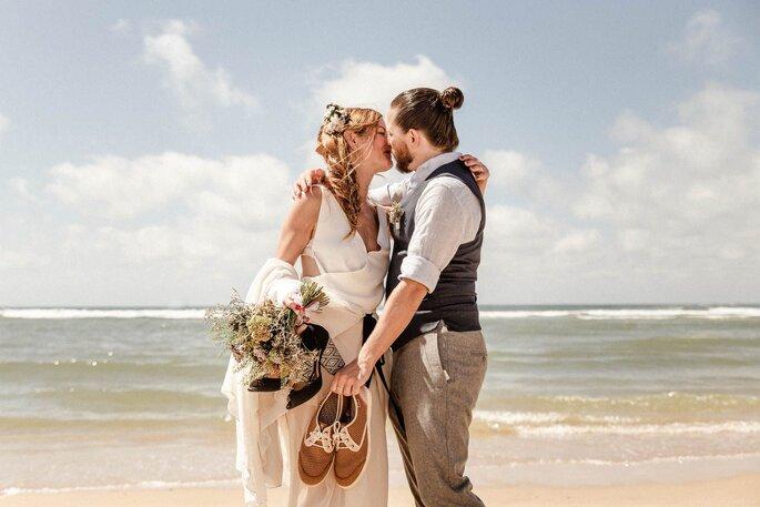 novios besandose en la playa