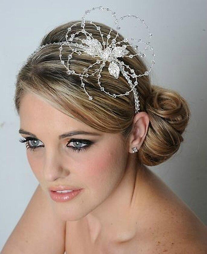 Peinado de novia recogido con diadema de tocado.
